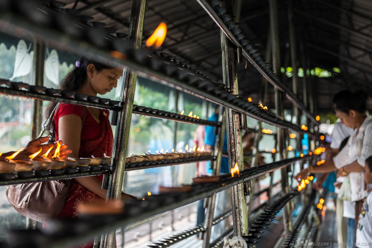 Ланкийцы поджигают ритуальные лампады