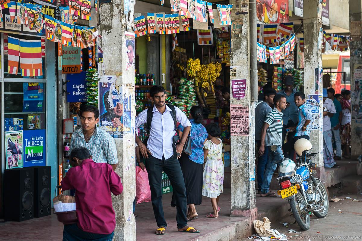 Люди на автовокзале в небольшом городке Шри-Ланки