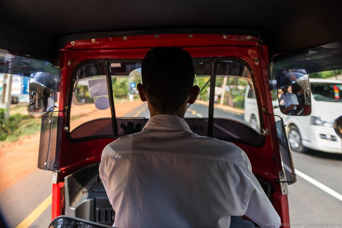 Внутри тук-тука Шри-Ланка Сигирия