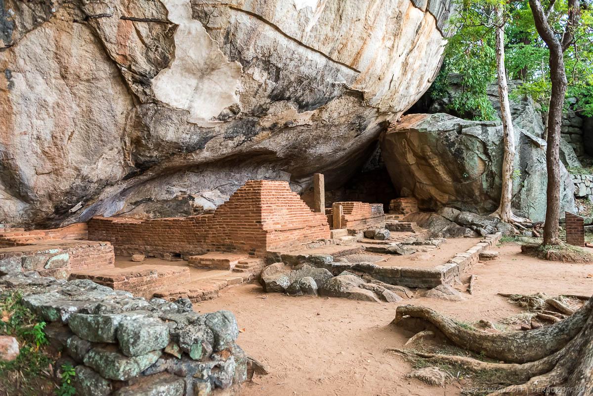 Каменные развалины у подножья Сигирии