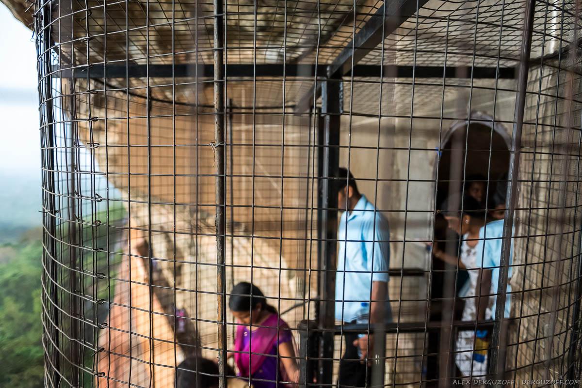 Решетки-ограждения на лестнице Шри-Ланка Сигирия