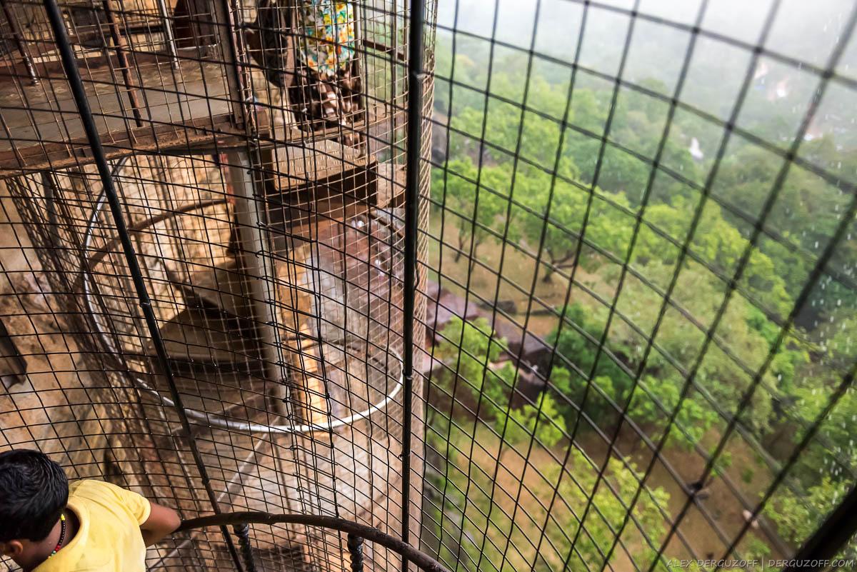 Ржавые винтовые лестницы на горе Сигирия
