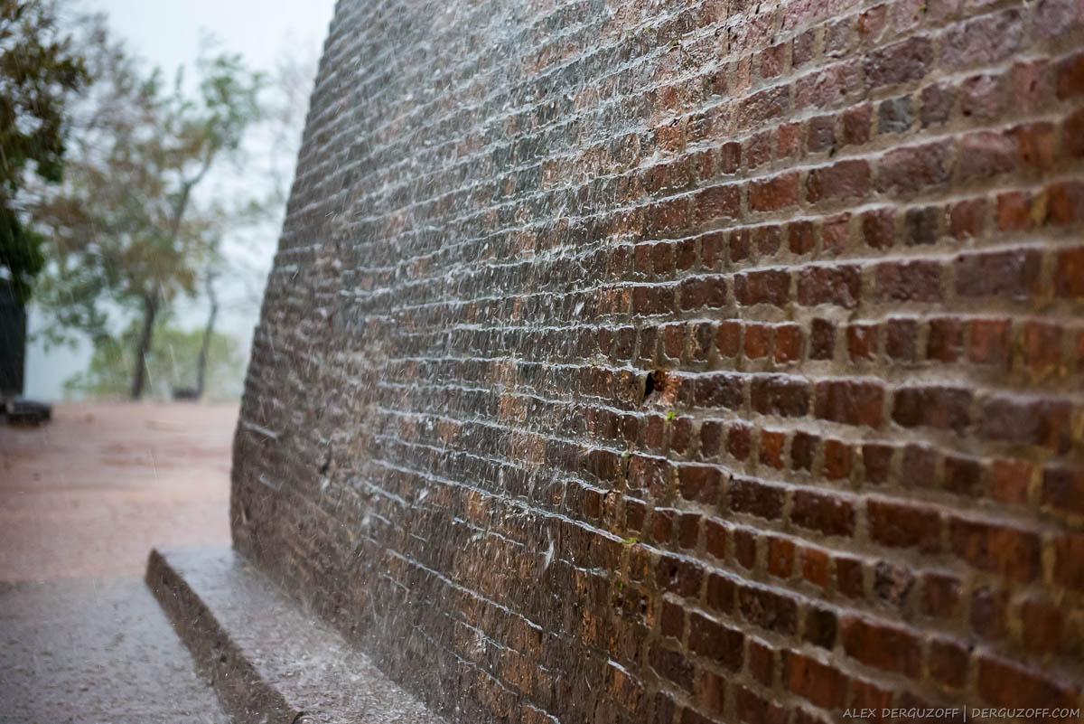 Кирпичная стена крепости в каплях дождя Шри-Ланка Сигирия