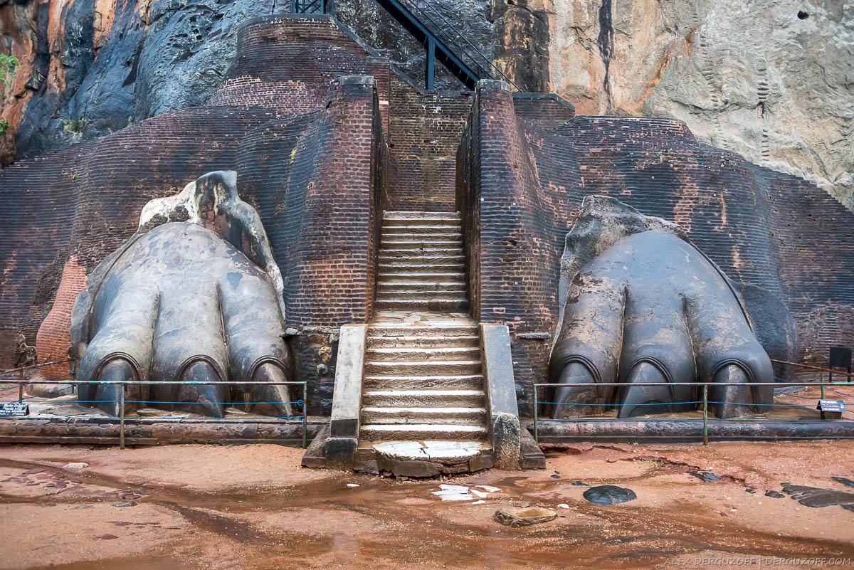 Каменные лапы Льва на входе в Сигирию