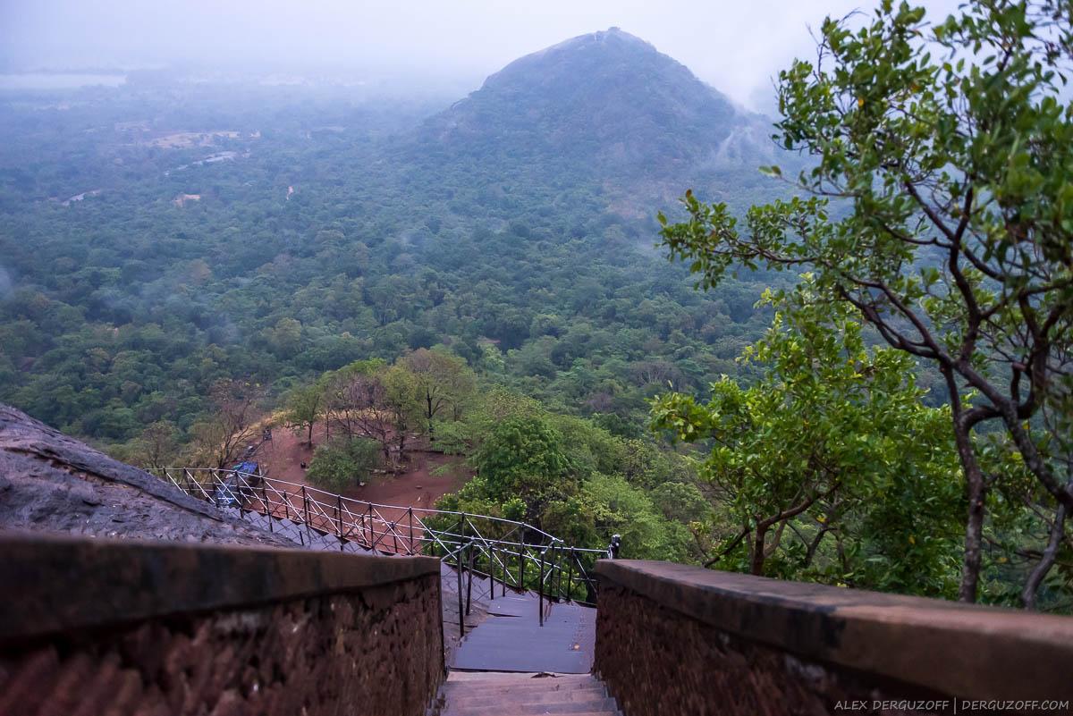 Каменная лестница с горы Шри-Ланка Сигирия