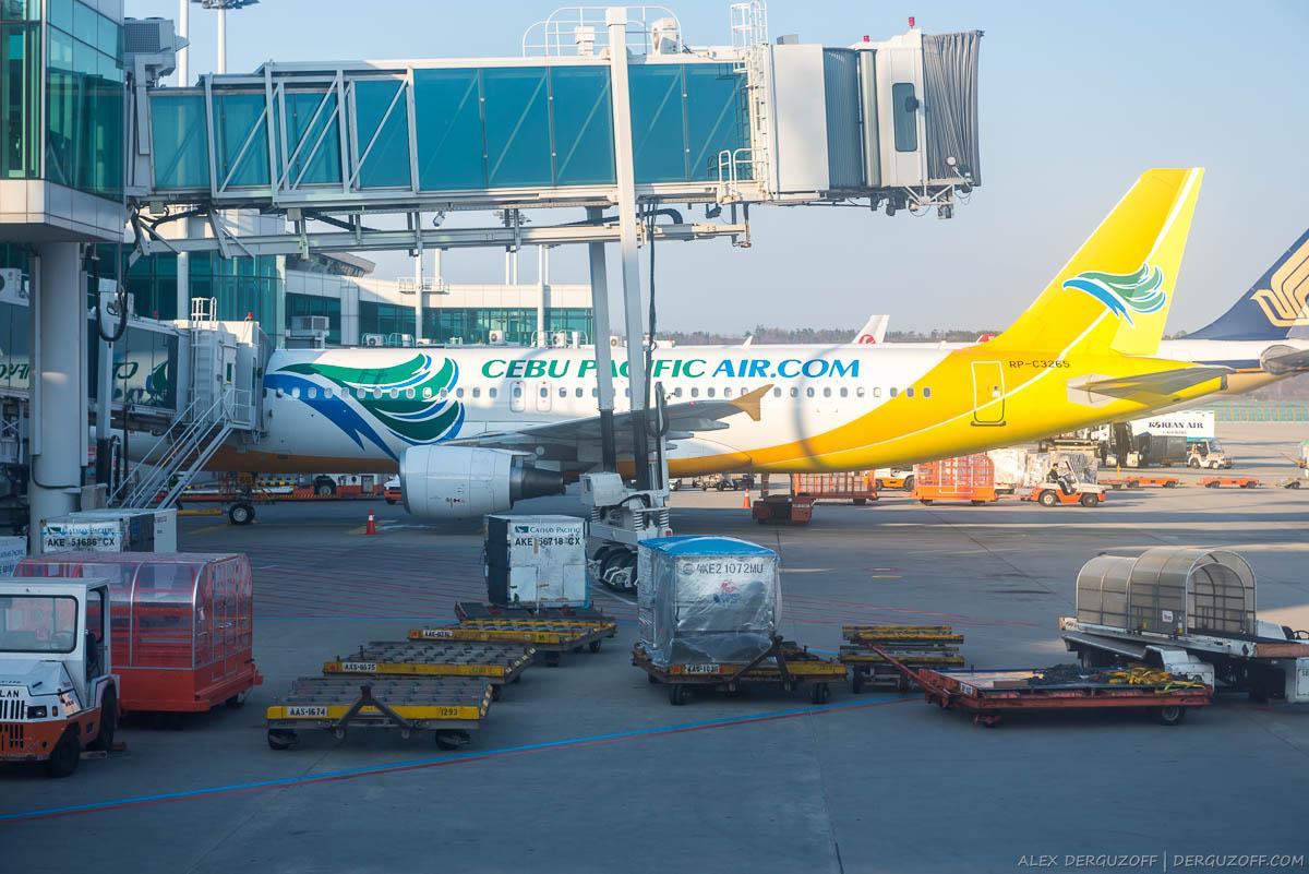 Разгрузка самолета Cebu Pacific в аэропорту Манилы