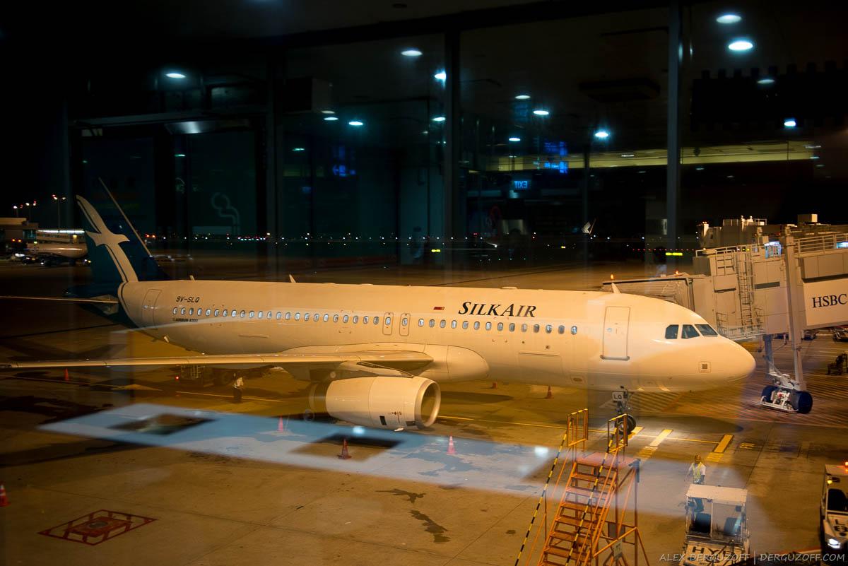 Самолет SilkAir в аэропорту ночью