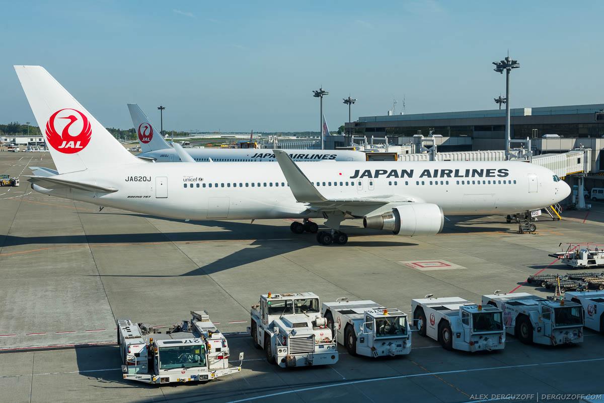 Самолет Japan Airlines в аэропорту Токио
