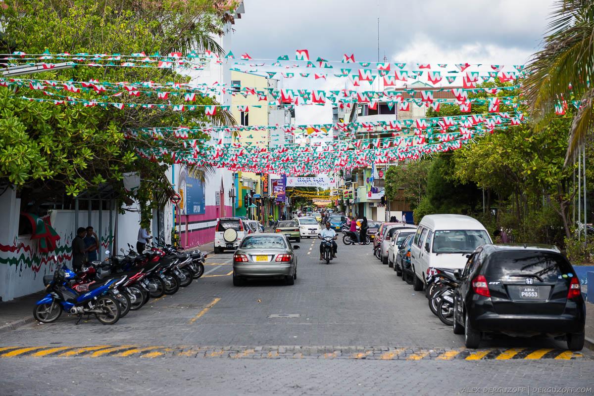 Флажки вдоль проезжей части Мальдивы Мале
