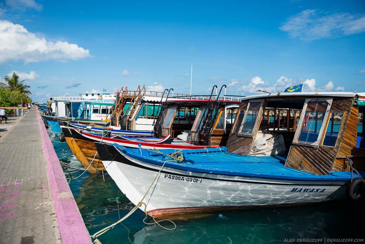 Лодки на городском причале Мале