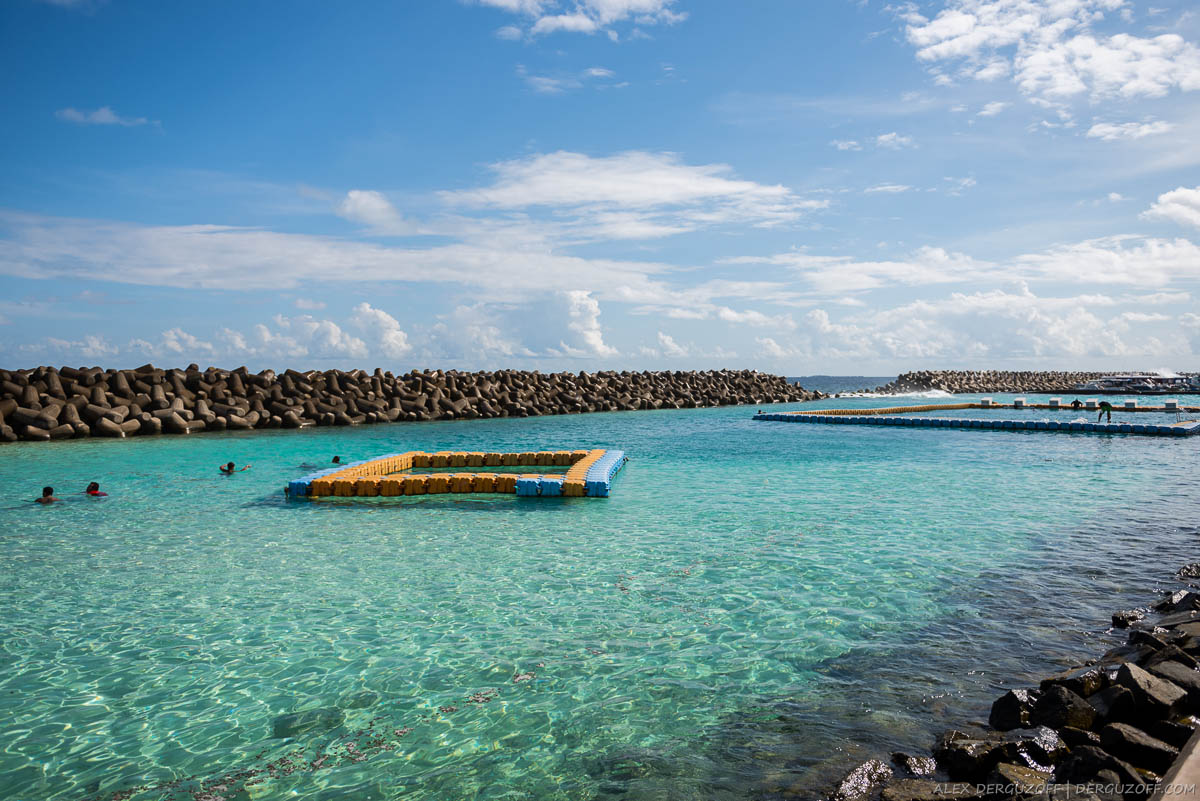 Место для купания в море огороженное бетонными блоками