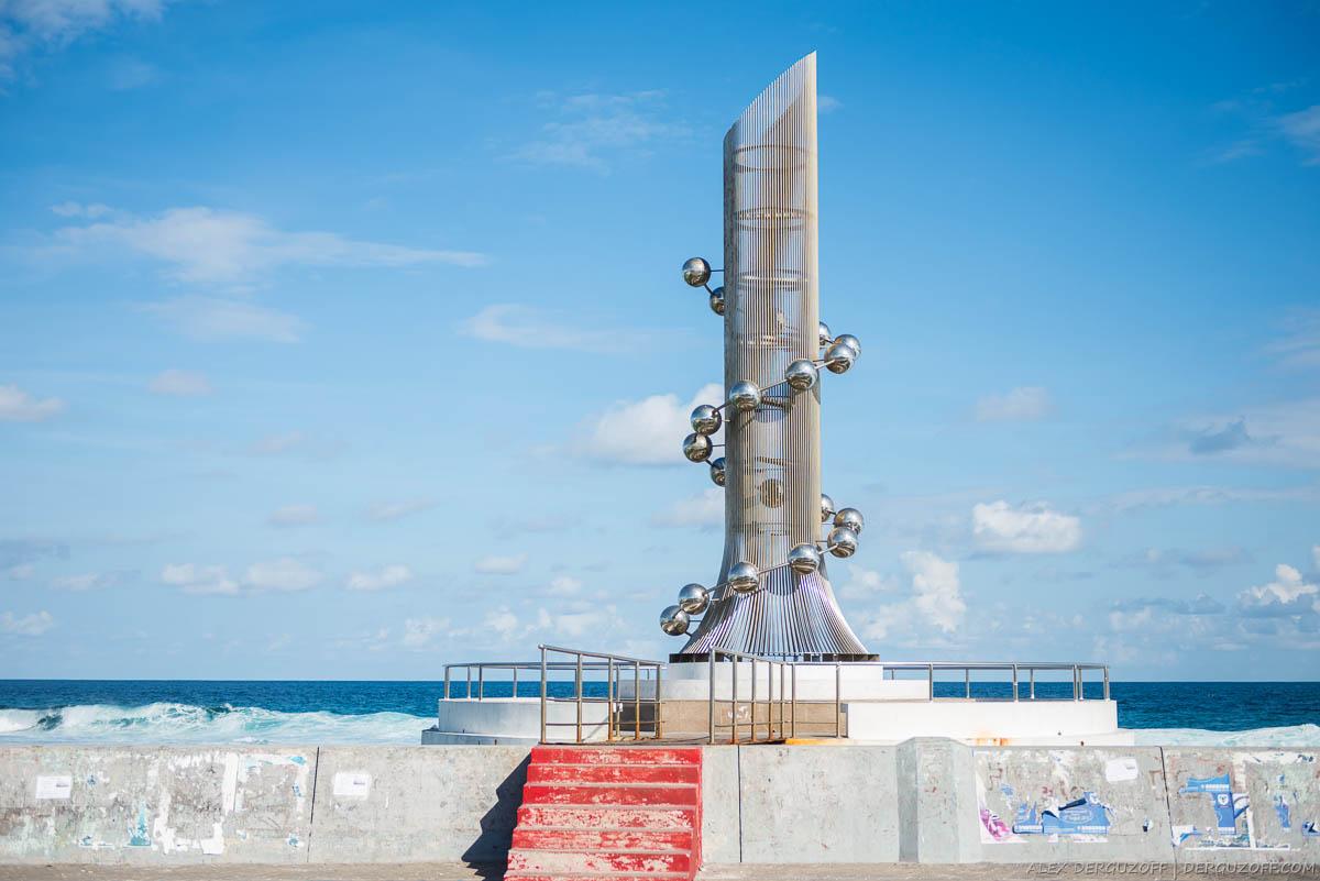 Памятник в виде спирали молекулы Мальдивы Мале
