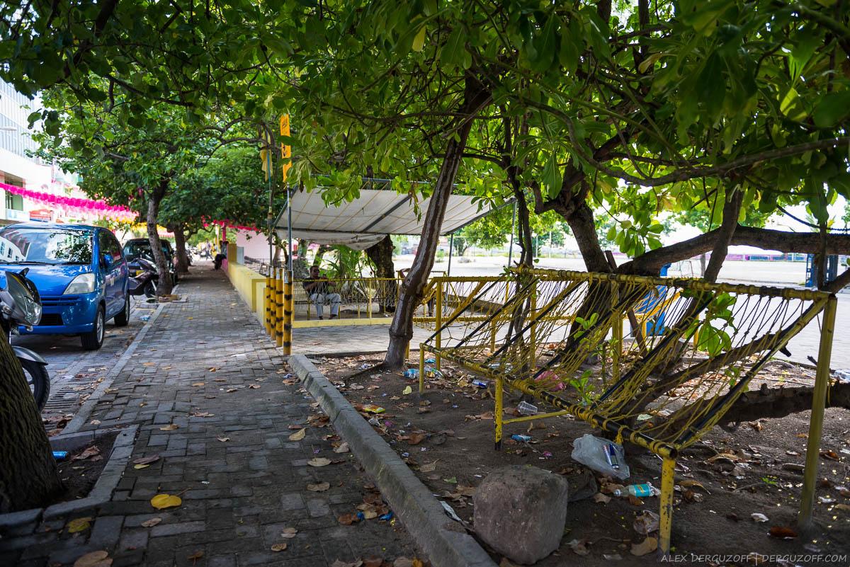 Желтые гамаки на улице города Мале