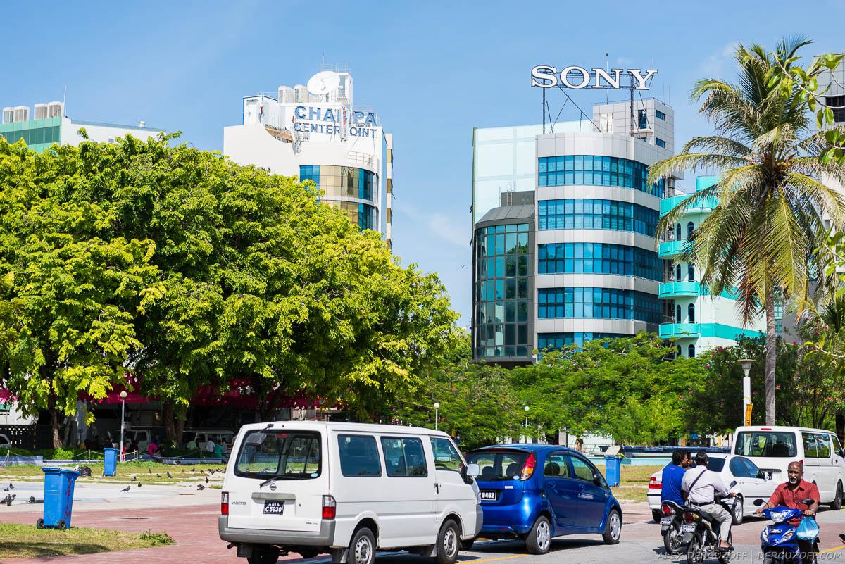 Высотное здание с рекламой компании Sony Мальдивы