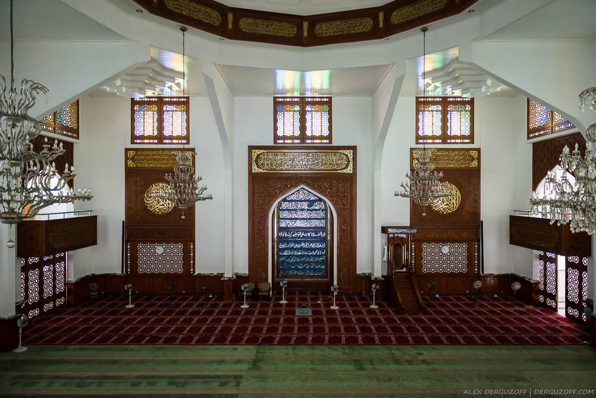 Основной зал для молитв в мечети великой пятницы