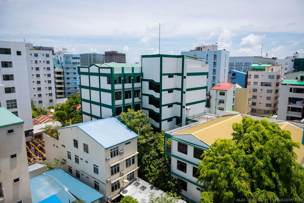 Вид на город Мале с крыши высотного здания