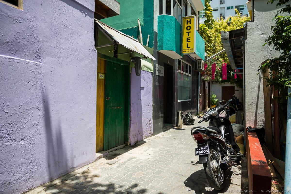 Вход в отель на узкой улице Мале