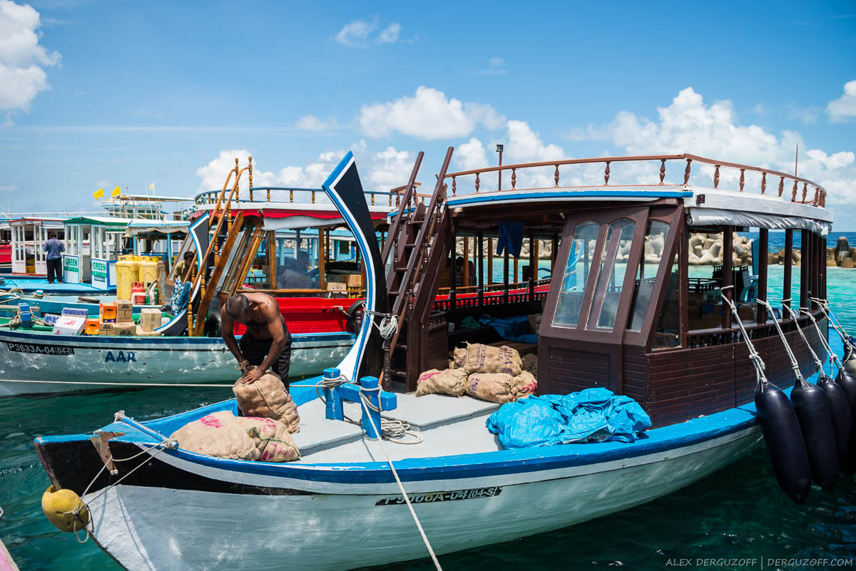 Мешки на грузовой лодке Мальдивы