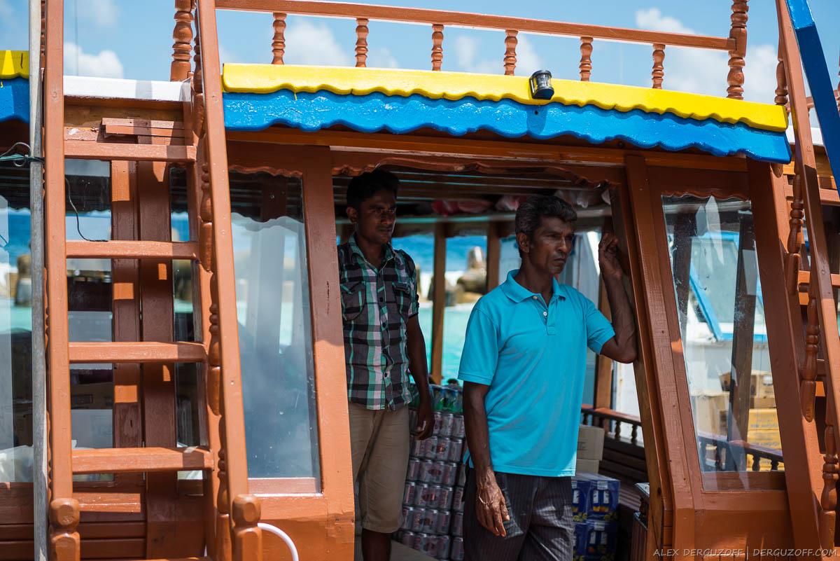 Мальдивцы стоят на корабле