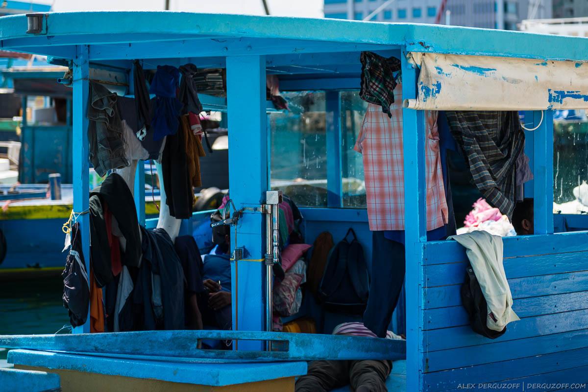 Белье сушится на лодке Мальдивы Мале