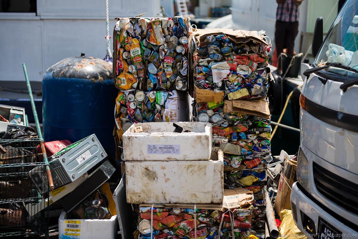 Спрессованный мусор для отправки на свалку Мальдивы