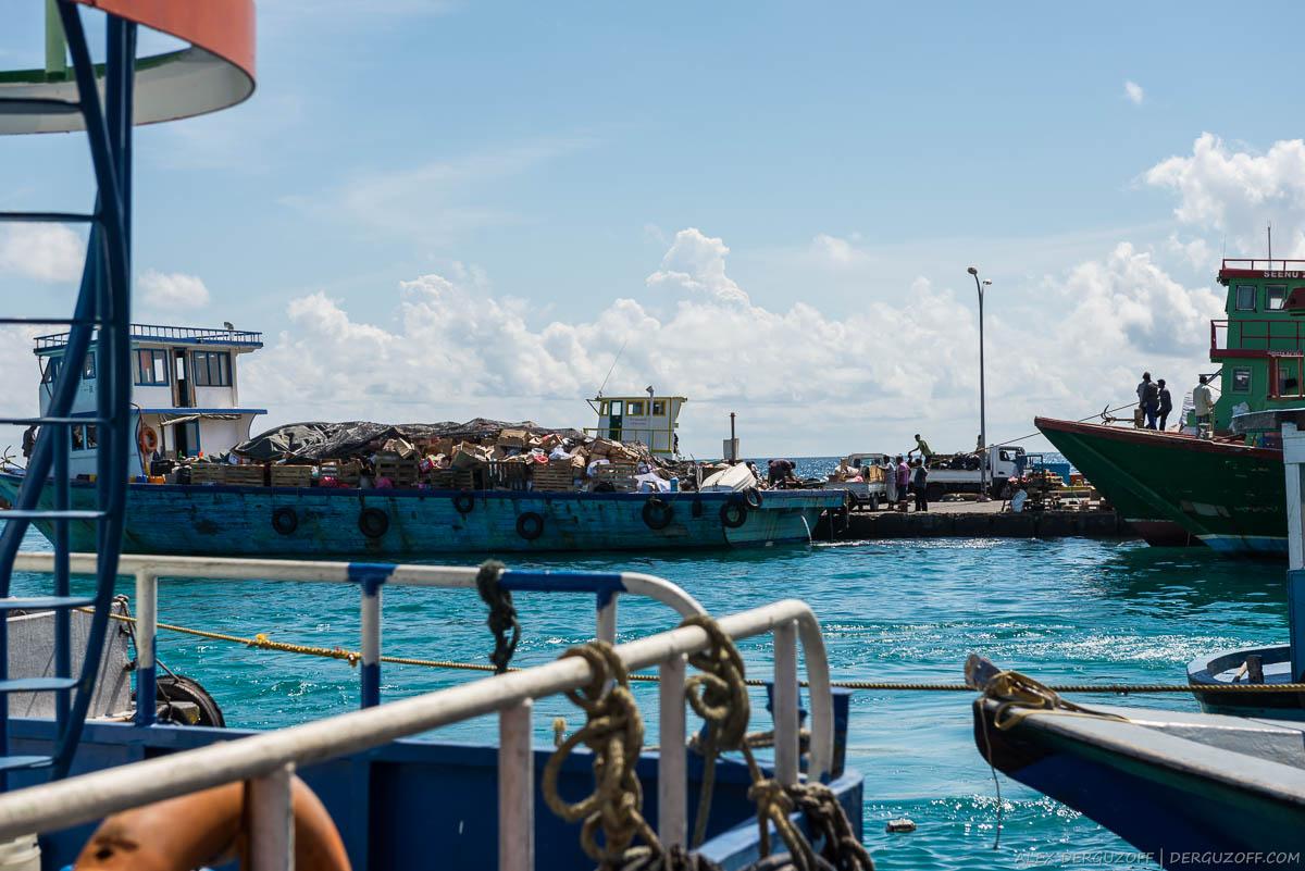 Корабль дле перевозки мусора Мальдивы Мале