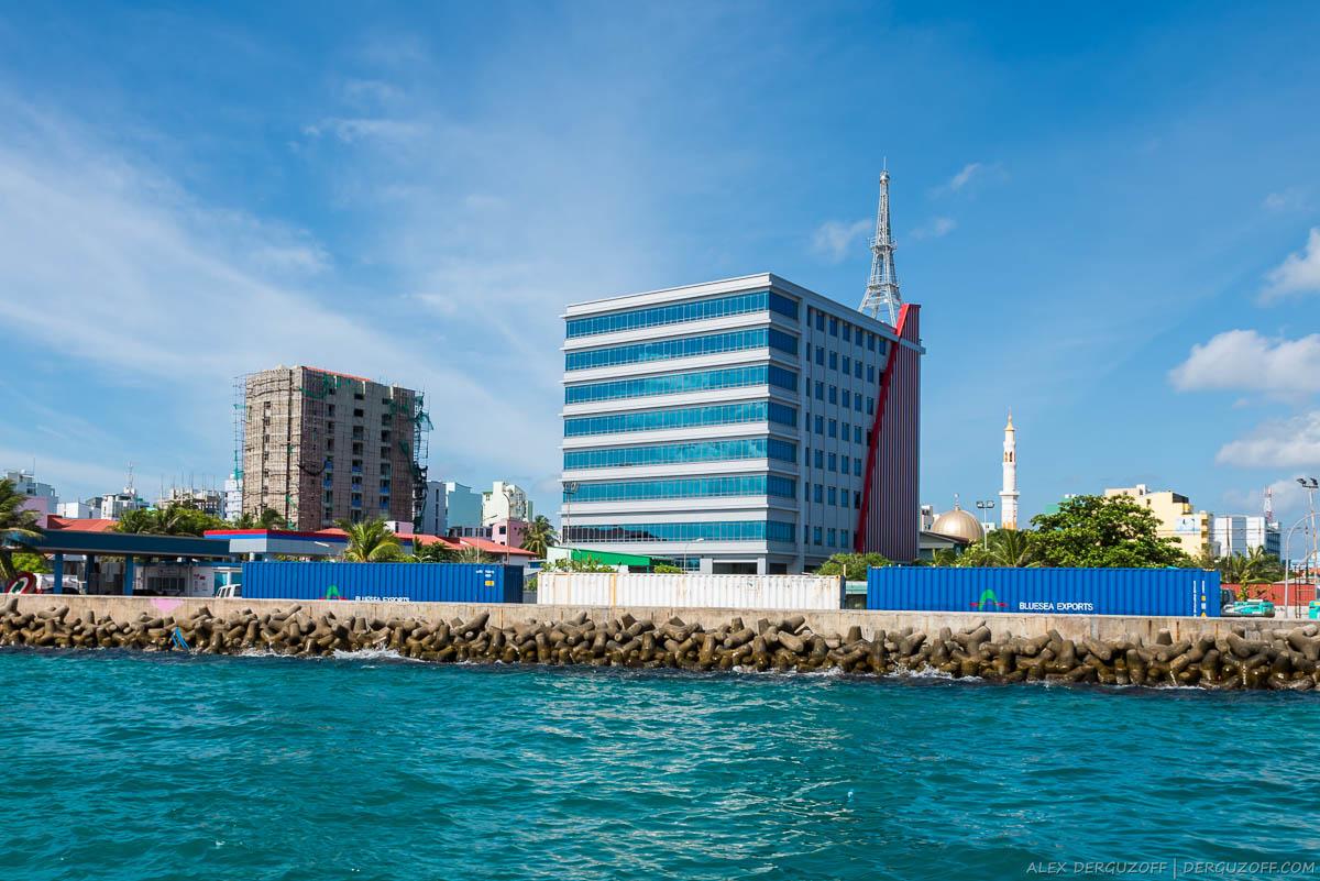Копия Эйфелевой башни на крыше здания Мальдивы