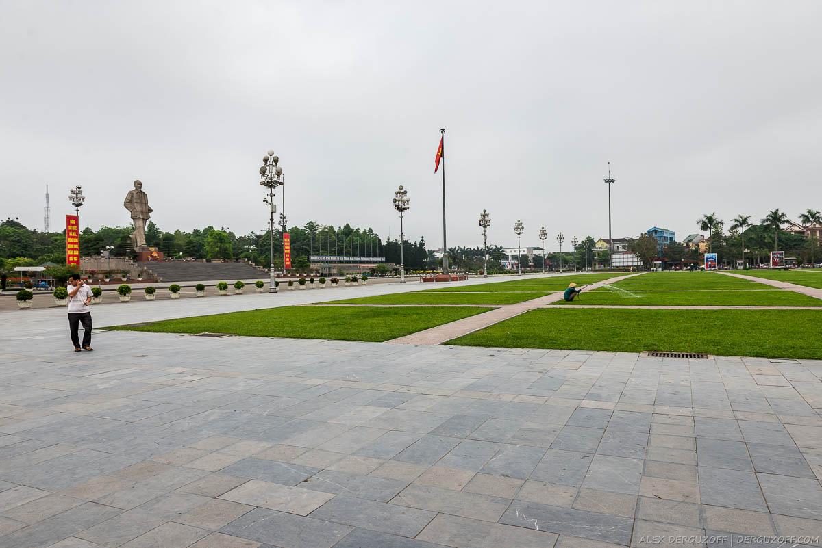 Площадь Хо Ши Мина в городе Винь Вьетнам