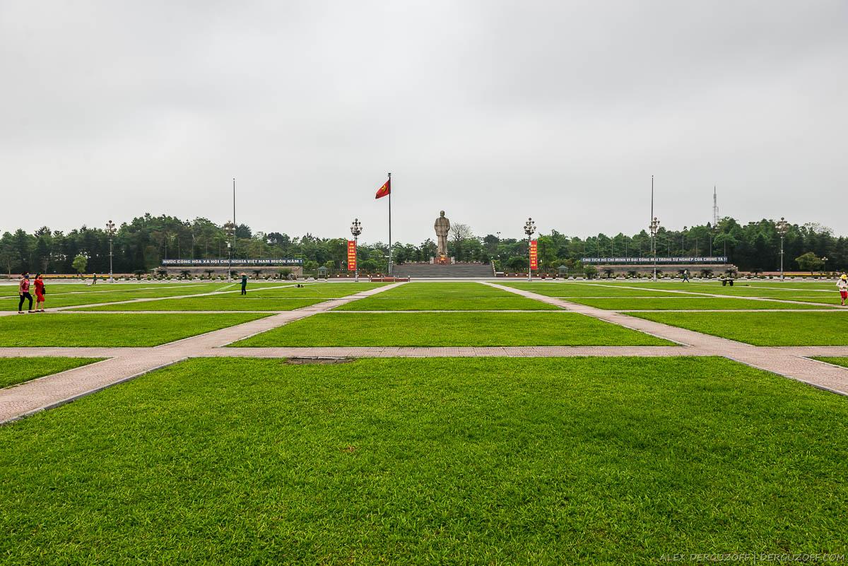 Газон на площади Хо Ши Мина