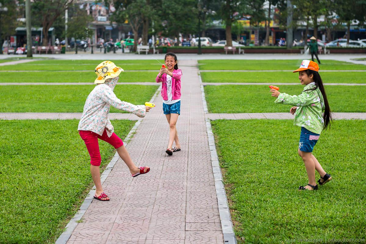 Дети играют на траве Вьетнам Винь
