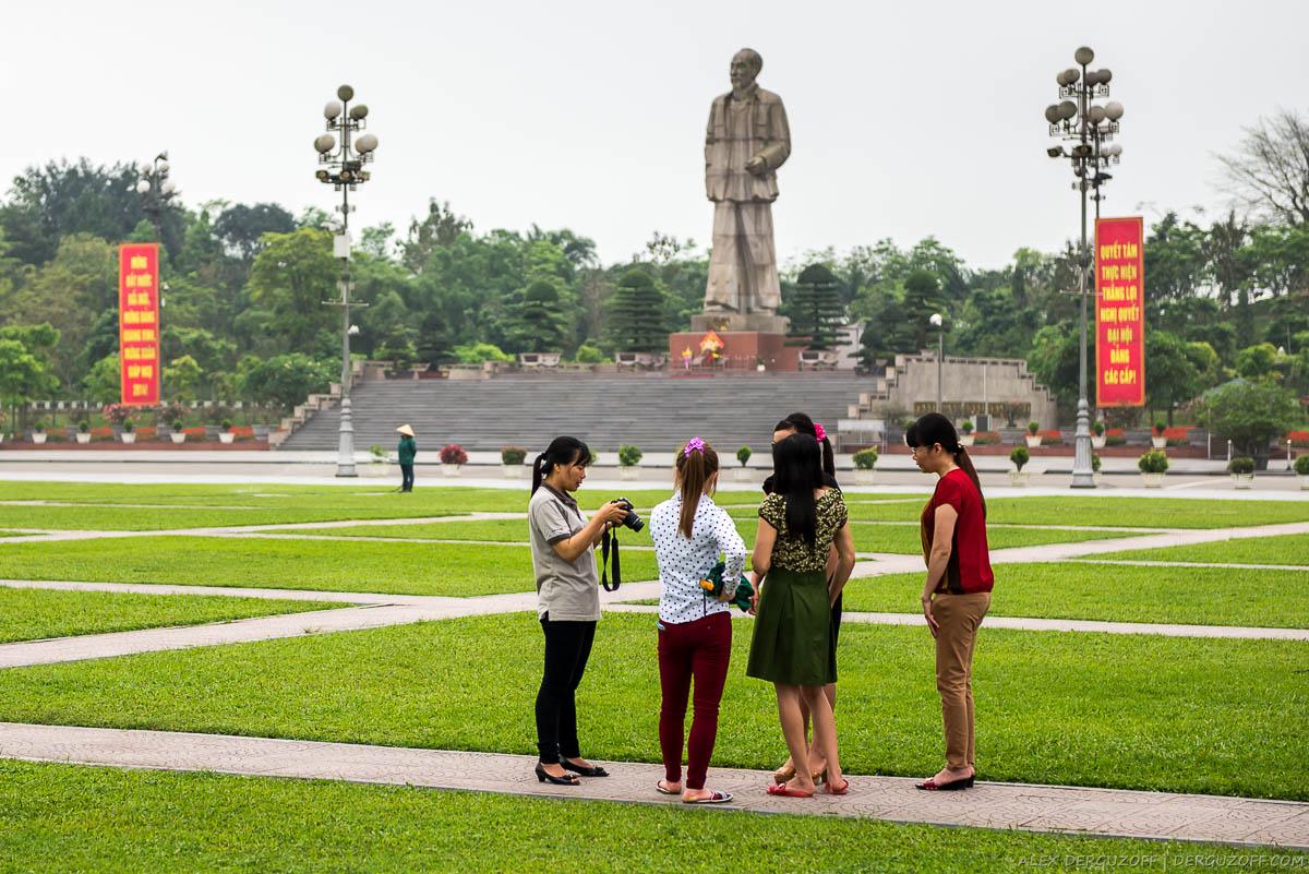 Вьетнамцы на фоне статуи вождя Вьетнам Винь