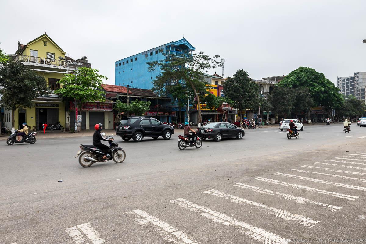 Машины на улице города Винь