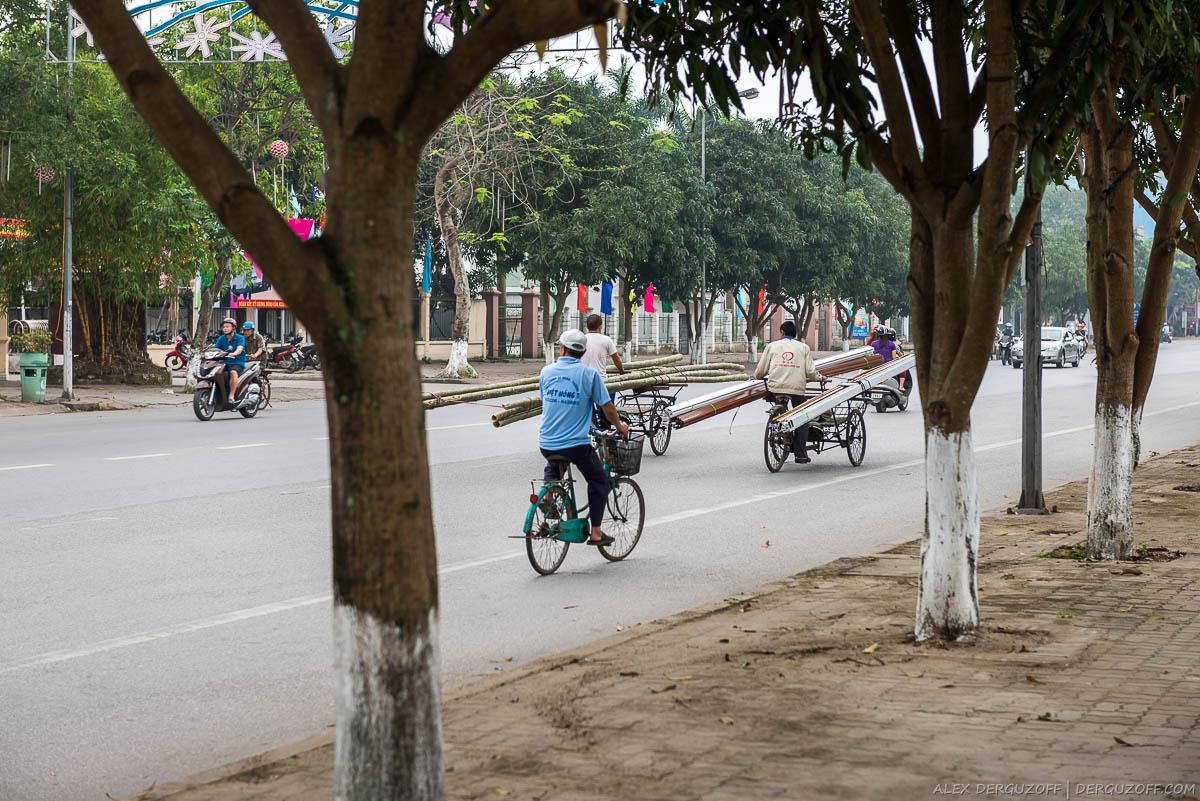 Велосипеды на проезжей части Вьетнам Винь