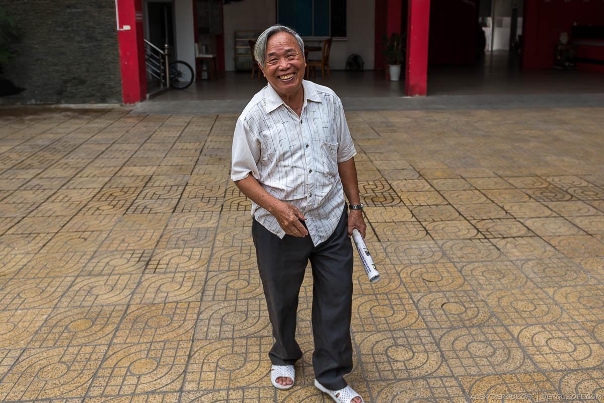 Пожилой вьетнамец улыбается