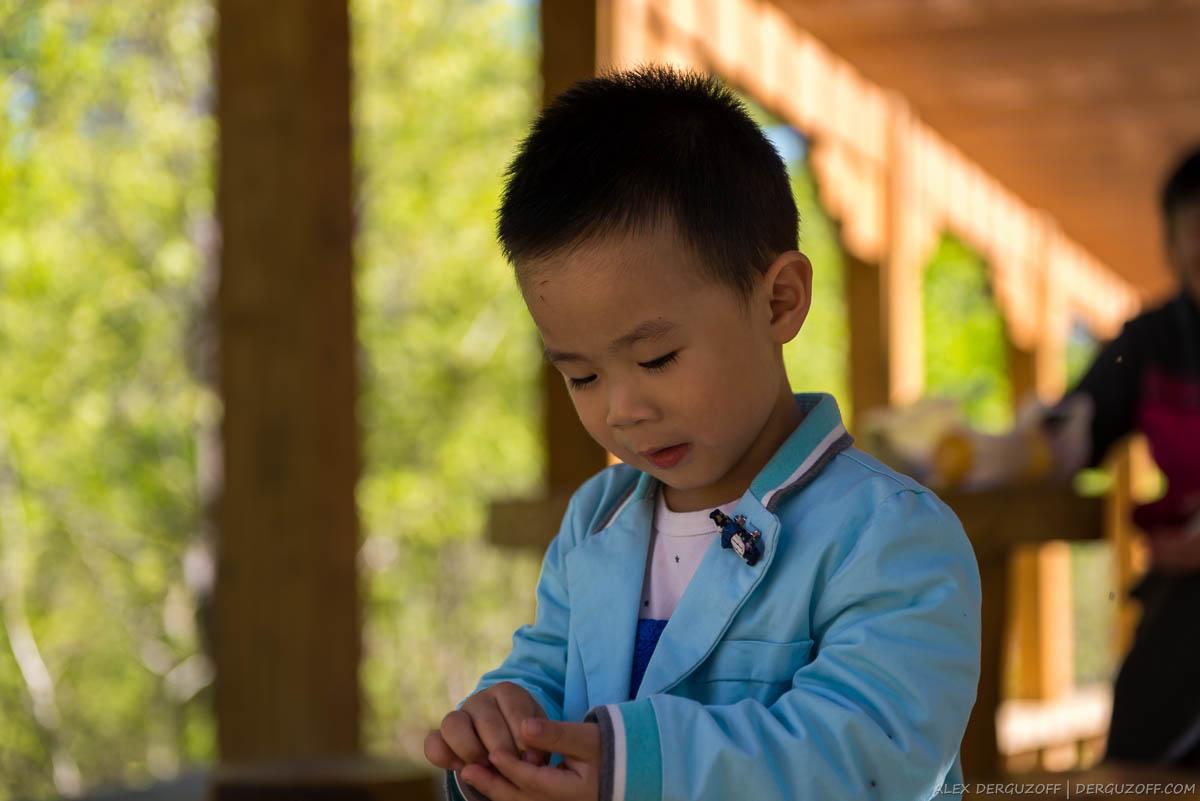 Ребенок в пиджаке