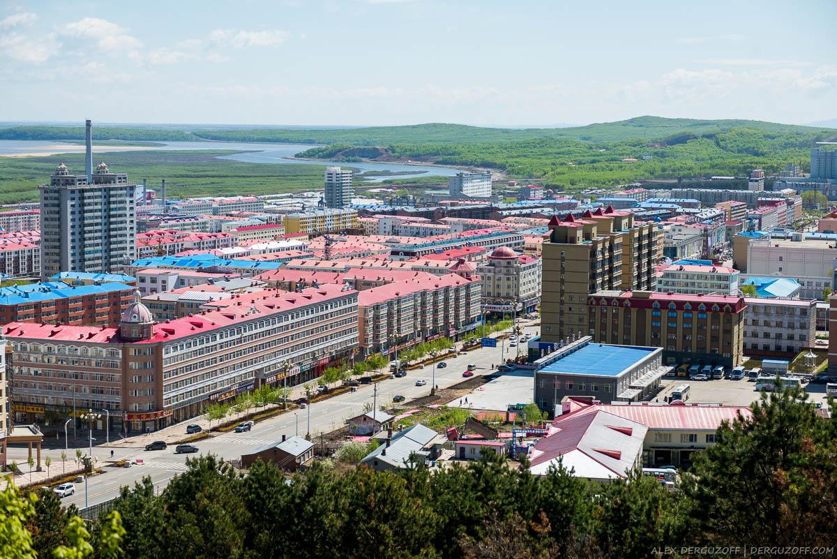 Вид на город Фуюань с холма