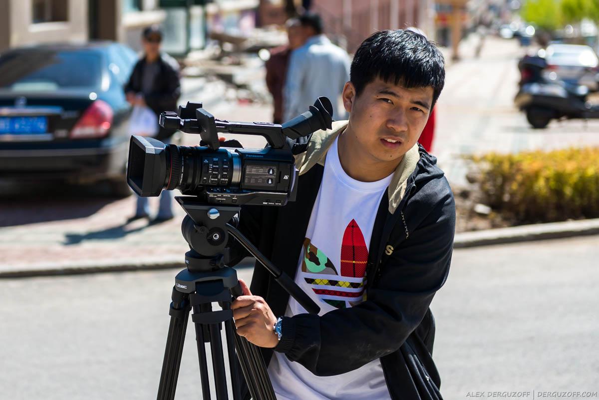 Китайский оператор с камерой