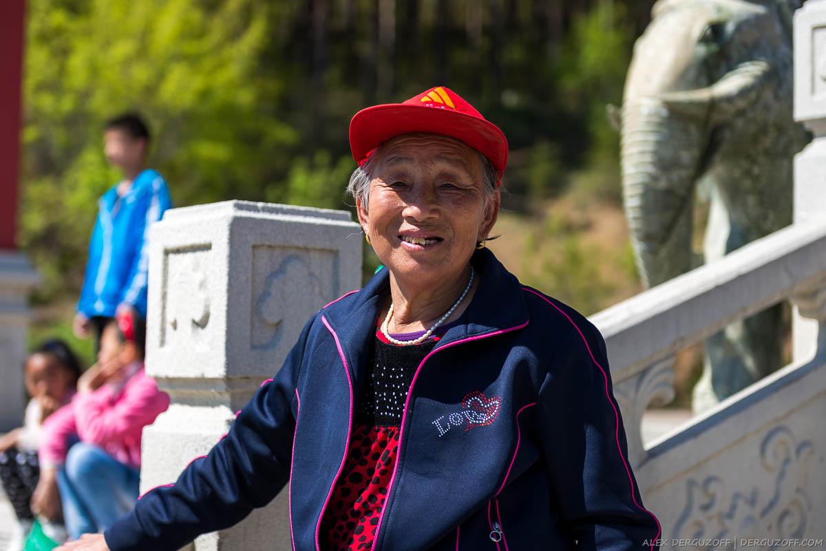 Пожилая китаянка в красной кепке