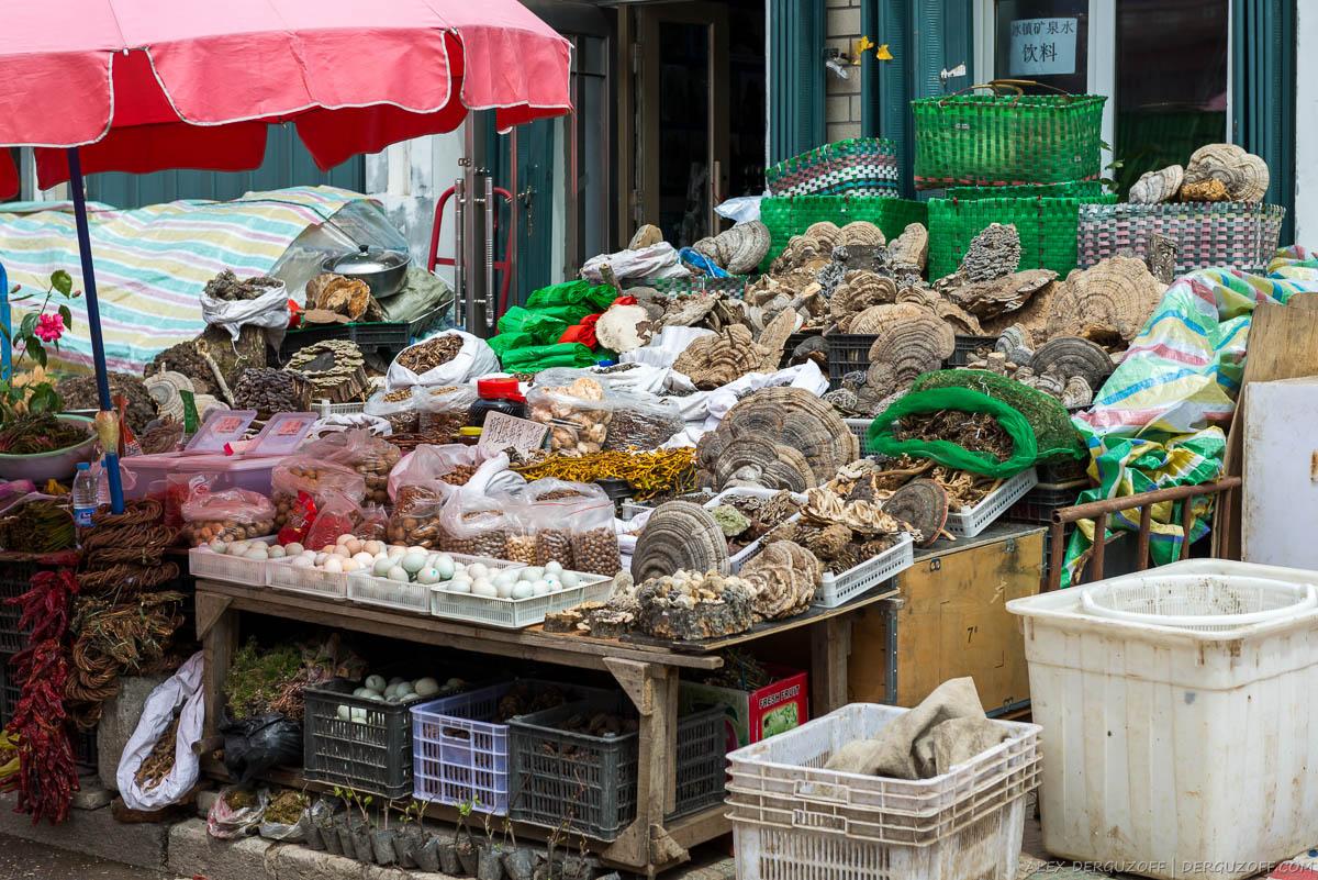 Сушеные грибы на прилавке магазина