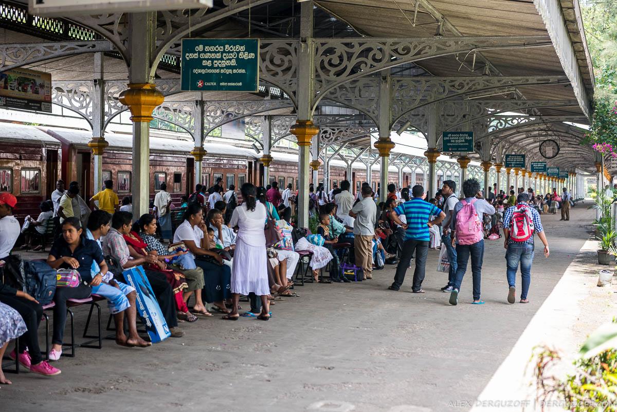 Перон железнодорожного вокзала города Канди