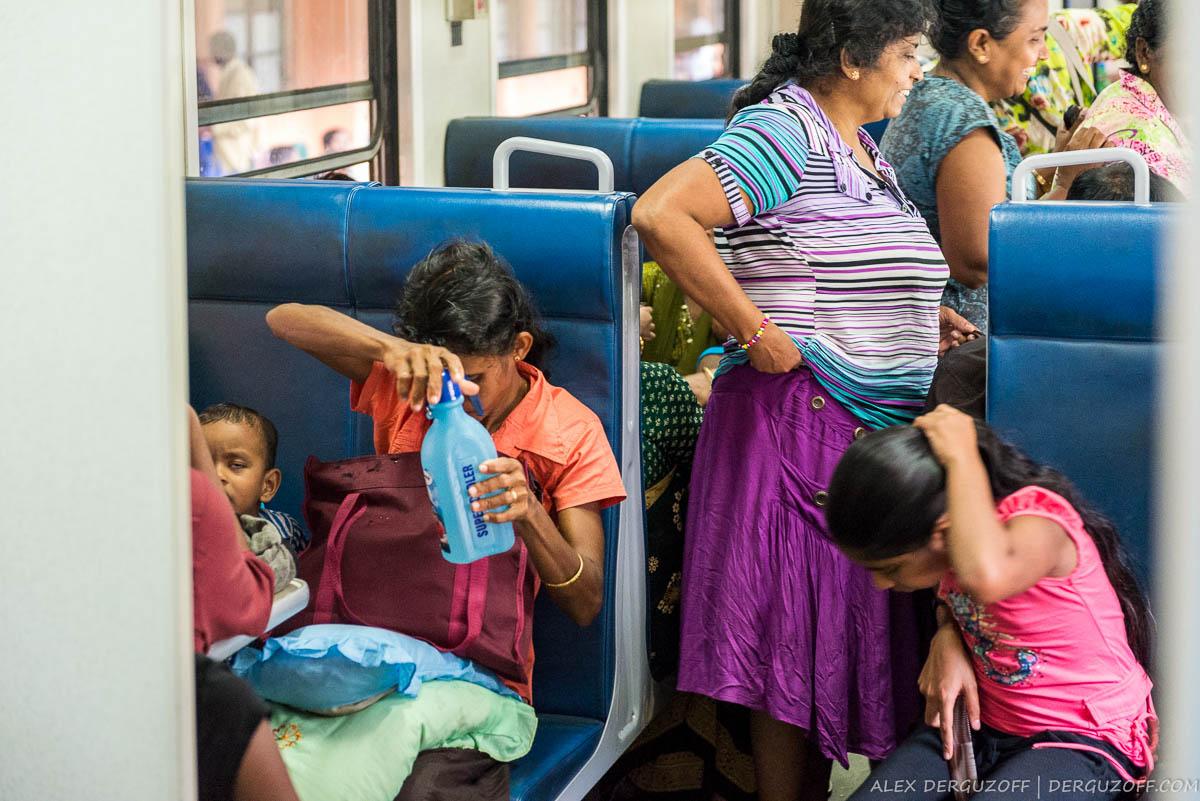 Шри-Ланкийские женщины в вагоне