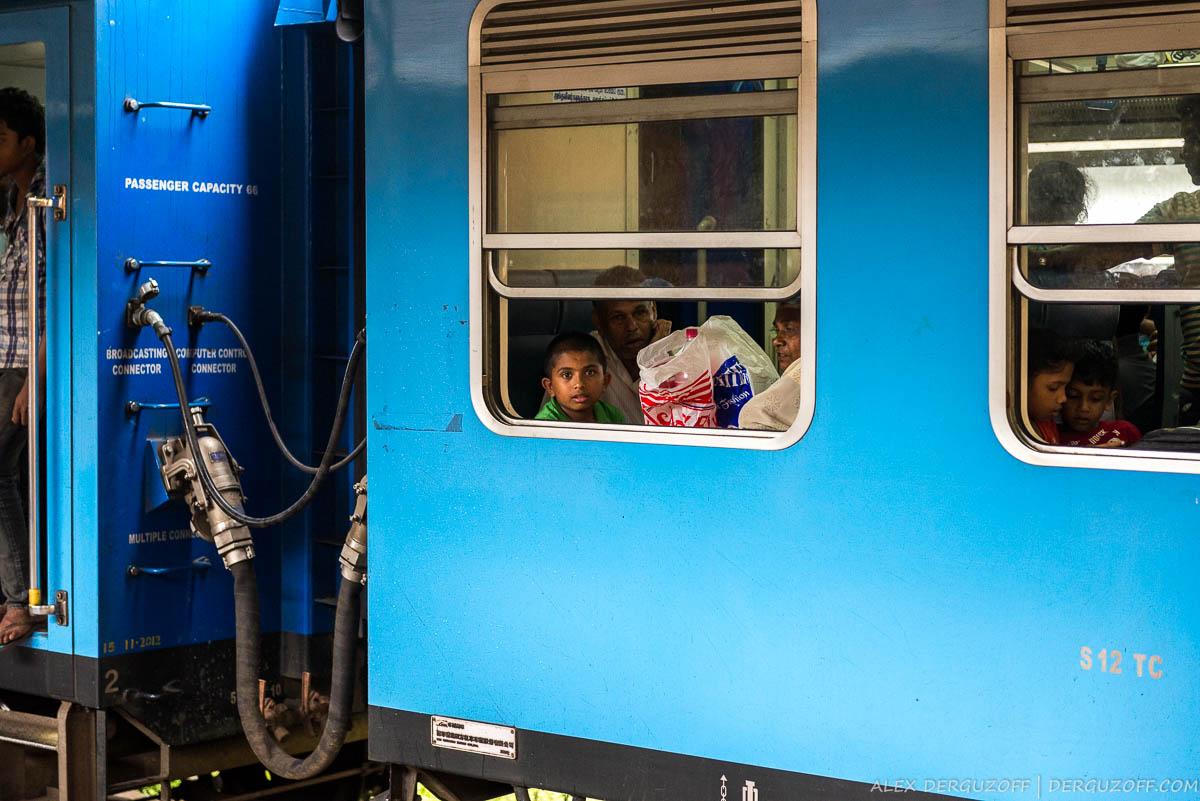 Мальчик смотрит из окна вагона поезда
