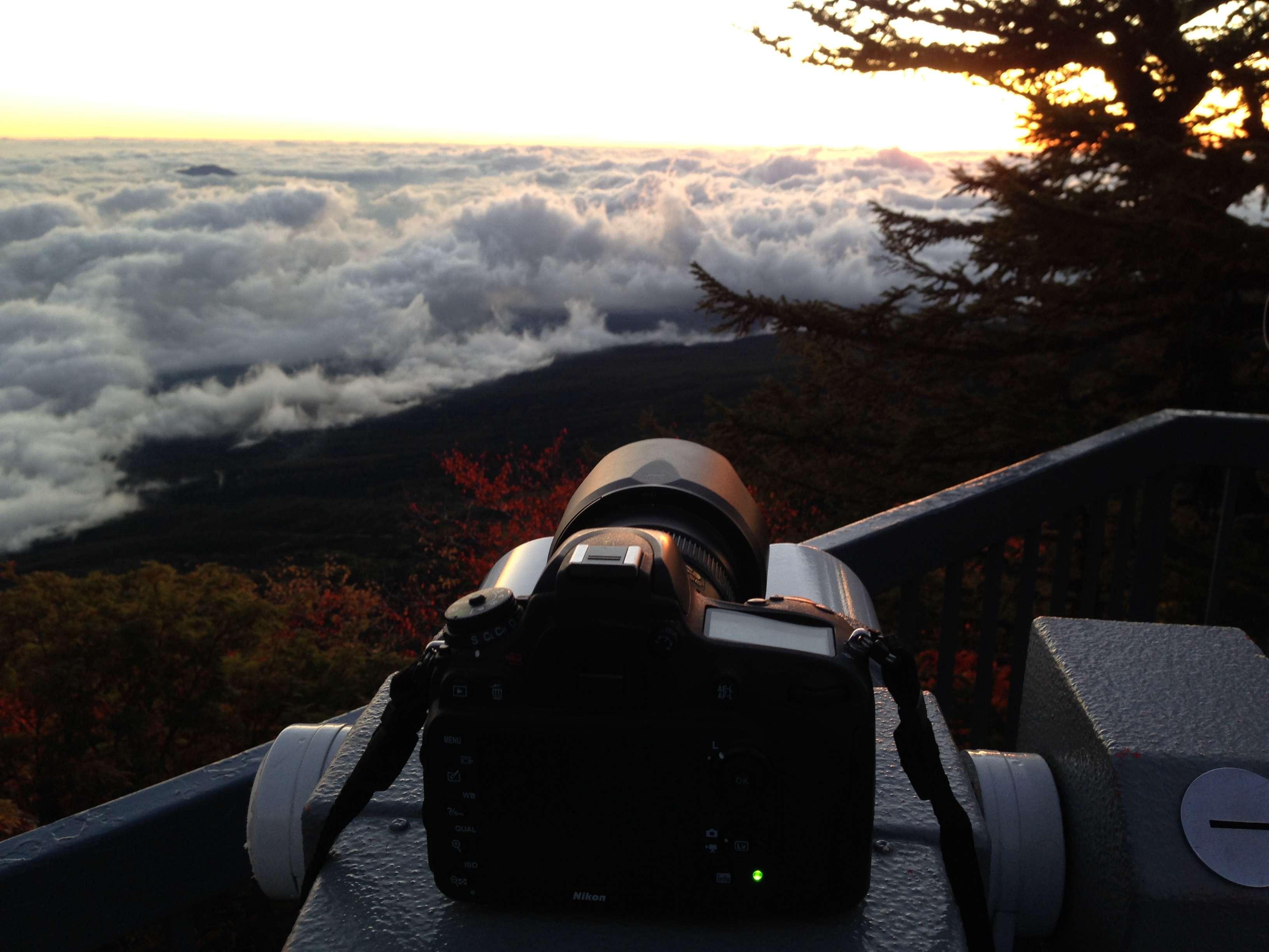Фотоаппарат стоящий на обзорном бинокле снимает таймлапс