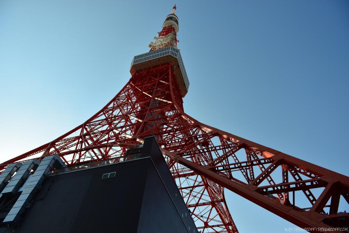 Вид на токийскую телебашню снизу вверх