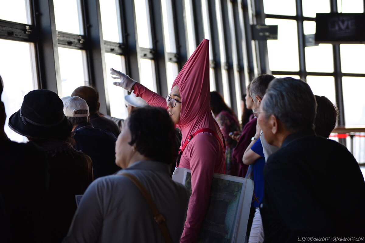 Гид в костюме с группой туристов