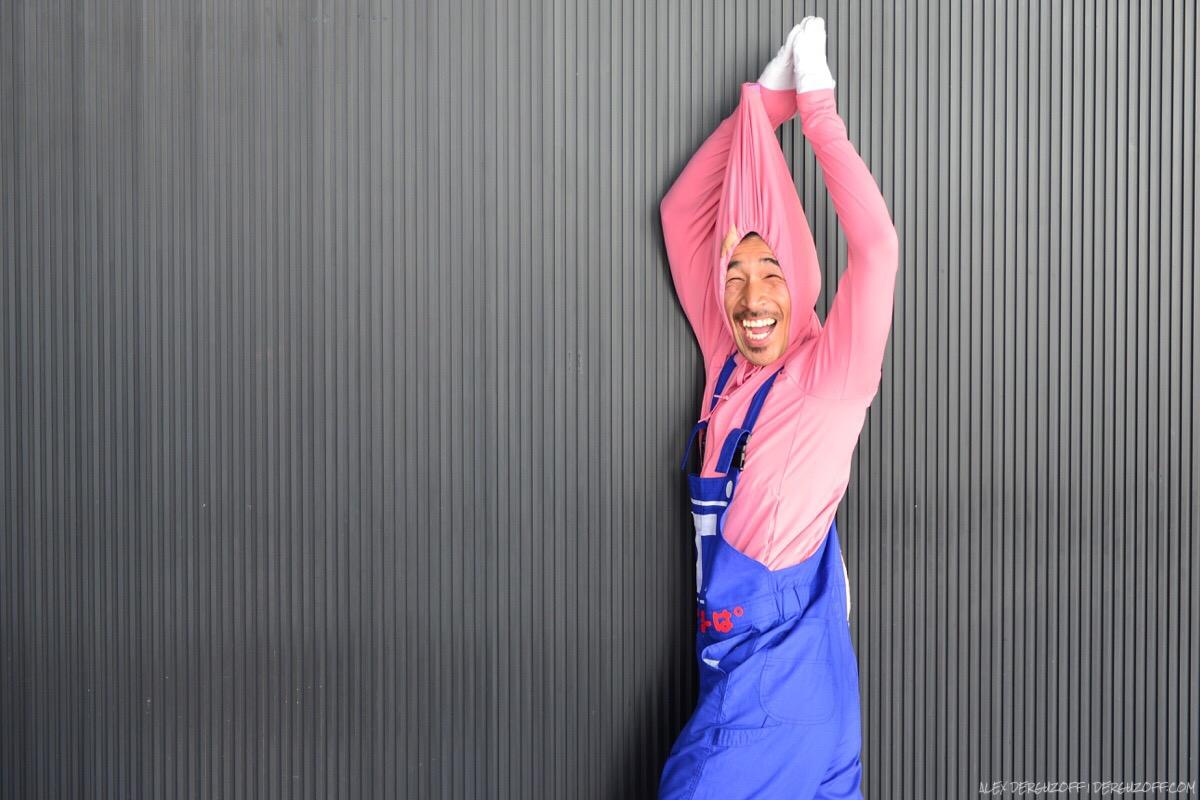 Мужчина в костюме токийской телебашни широко улыбается