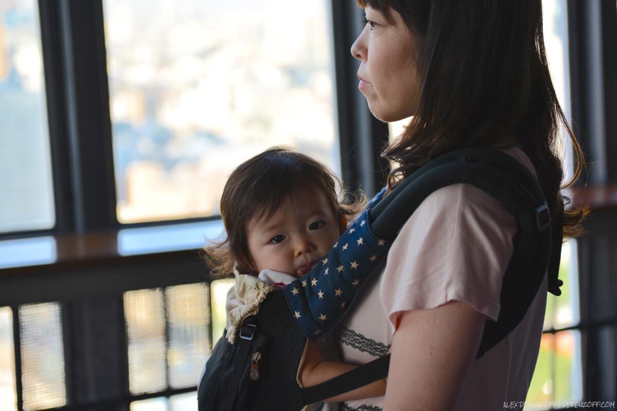 Женщина держит ребенка на руках Япония