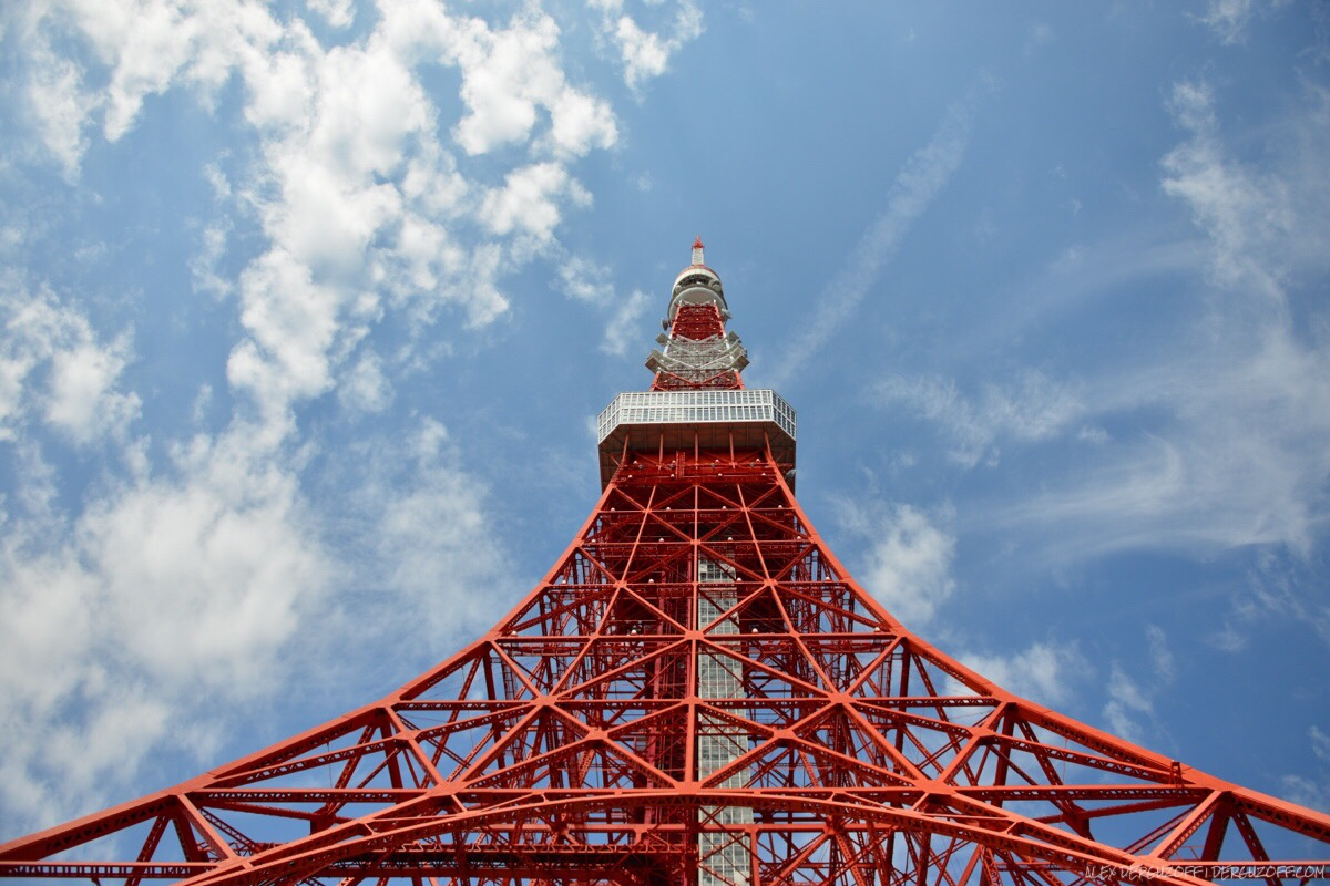 Токийская телебашня на фоне облаков